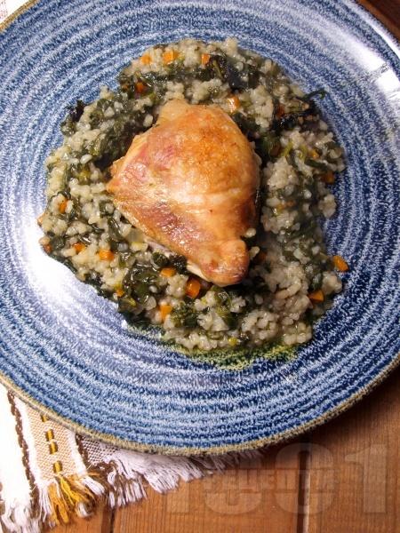 Вкусни печени варени пилешки бутчета с ориз, лапад и моркови на фурна - снимка на рецептата